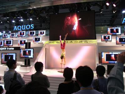 アクオスに囲まれながら体操をしている外人さんの写真