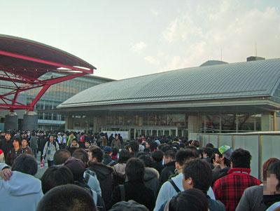 入場前の整列。午後3時40分頃撮影。